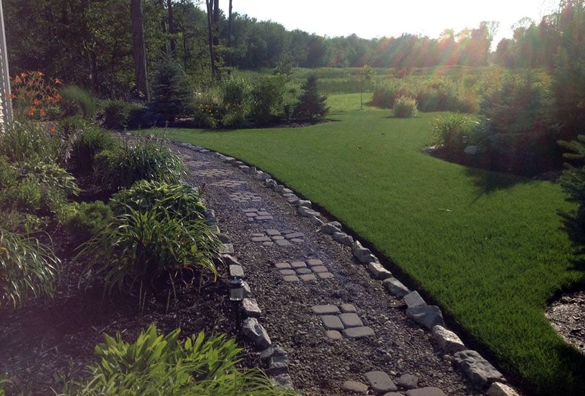 Budget garden path with crushed gravel and stone pavers