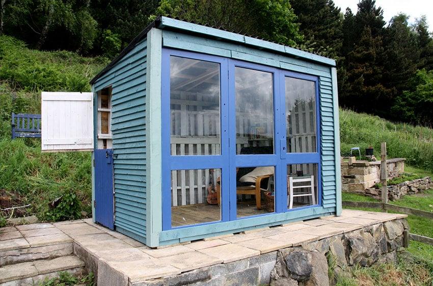 DIY wood pallet shed