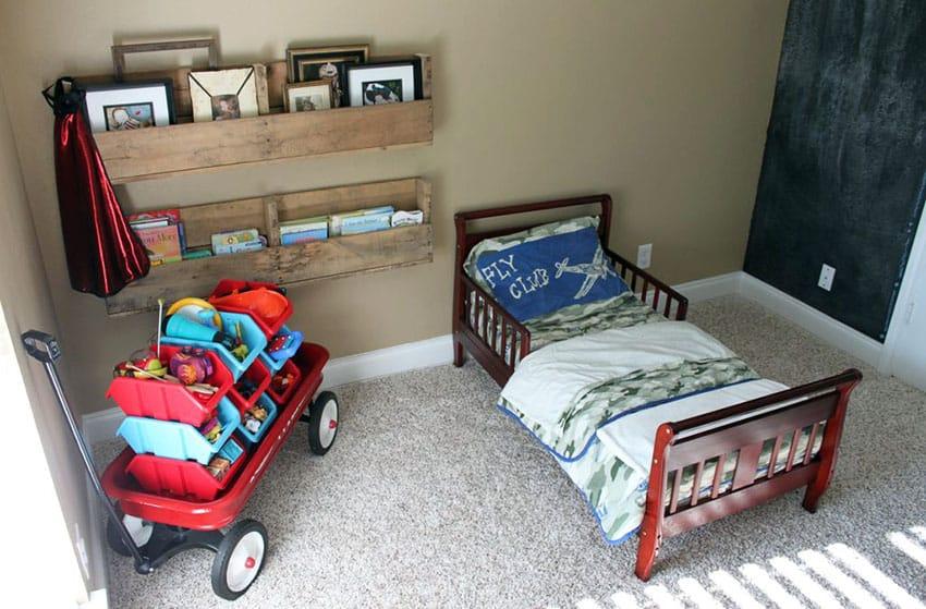 Kids bedroom with wood pallet book rack