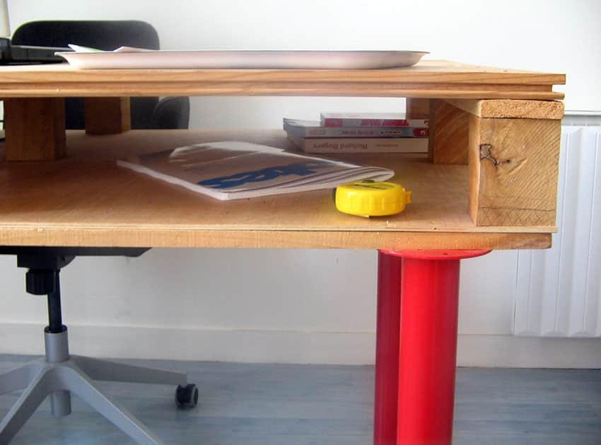Pallet desk with metal legs
