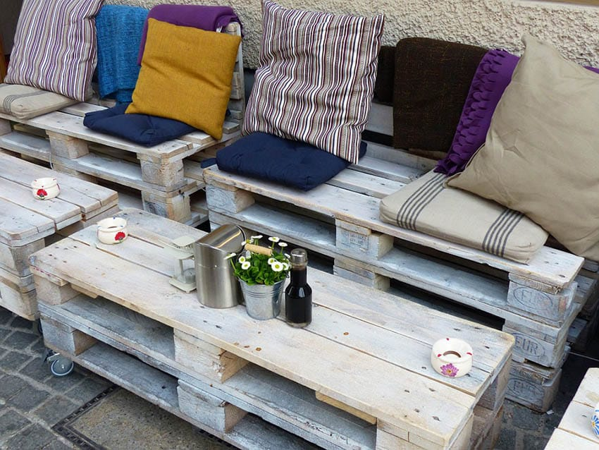 DIY pallet seats with rolling table