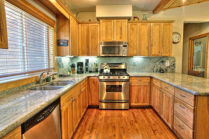 Small craftsman kitchen with u shaped design and juparana vyara granite