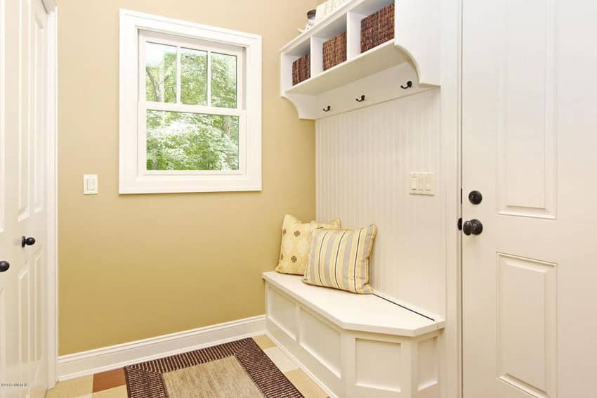 Small cottage style mudroom with bench and cubbies