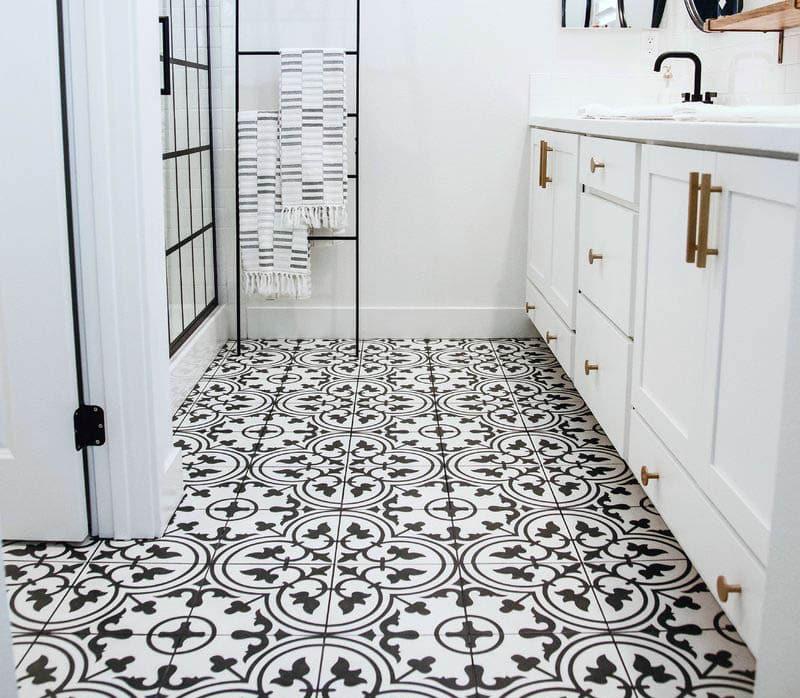 Pattern tile in bathroom