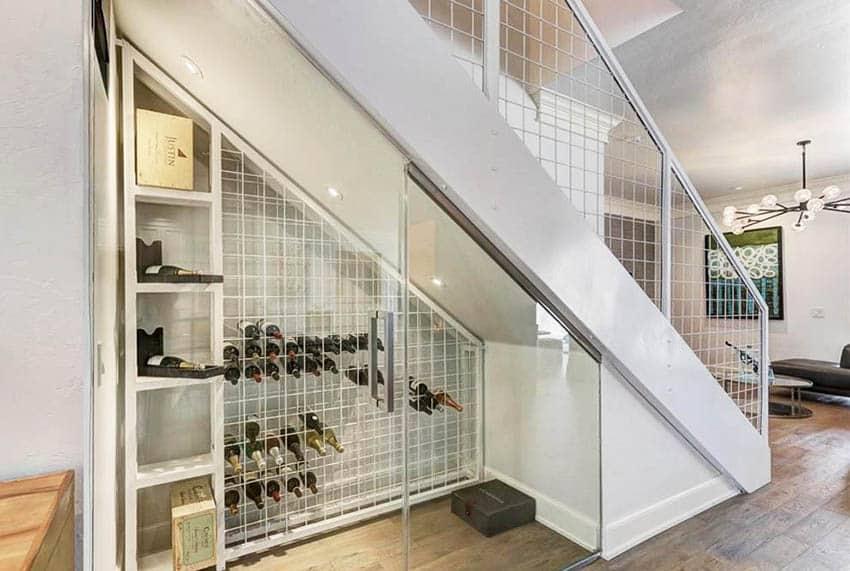 Merdivenlerin altında özel şarap dolabı