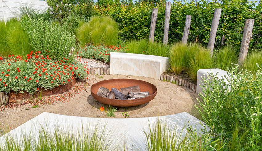 Modern gravel patio with fire pit