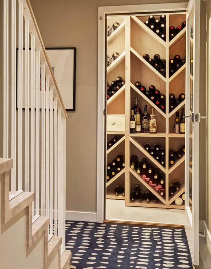 Ahşap raflı şarap dolabı