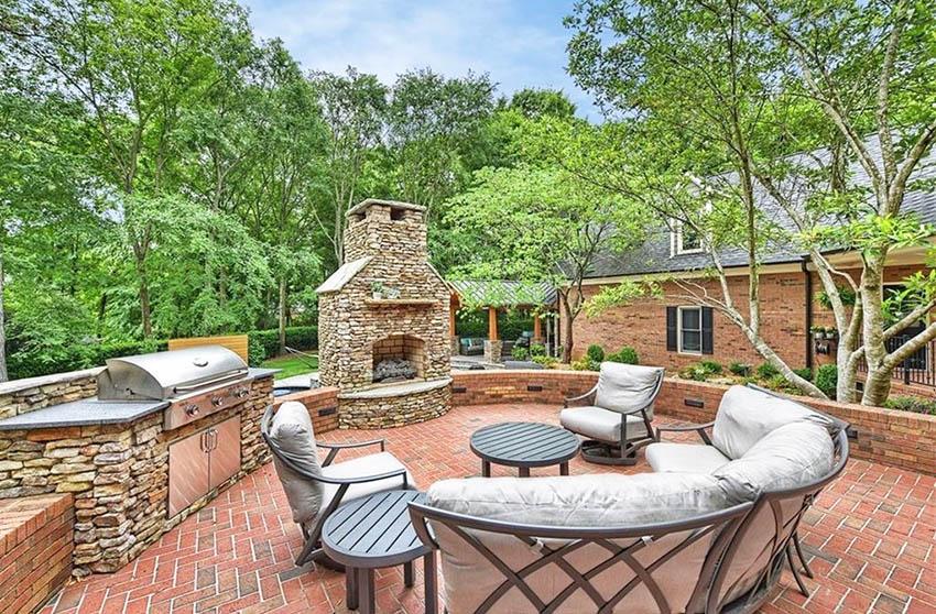Şömineli ve açık mutfaklı tuğla veranda