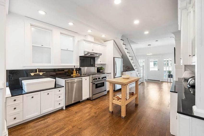 Keuken met berging onder trap en verplaatsbaar houten eiland