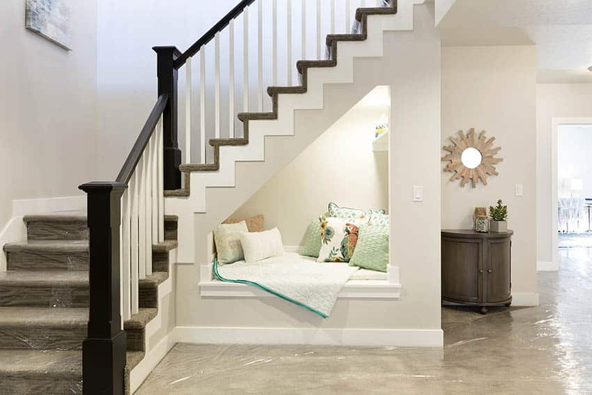 Closed staircase design with daybed niche
