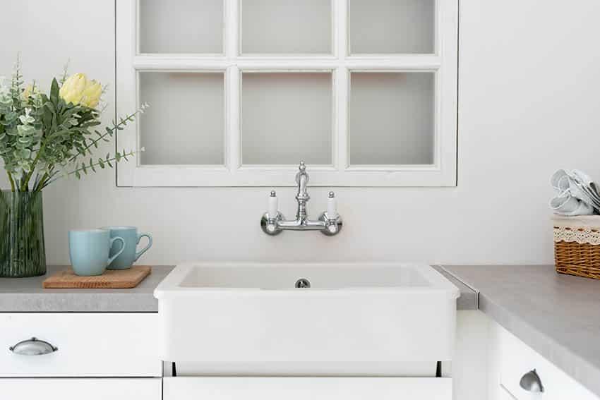 Single basin apron sink in kitchen corner