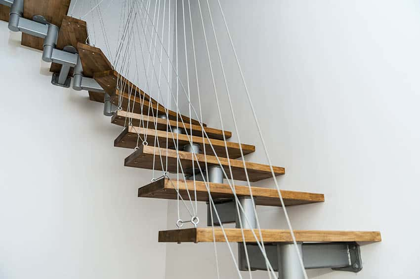 Suspended staircase with cable supports