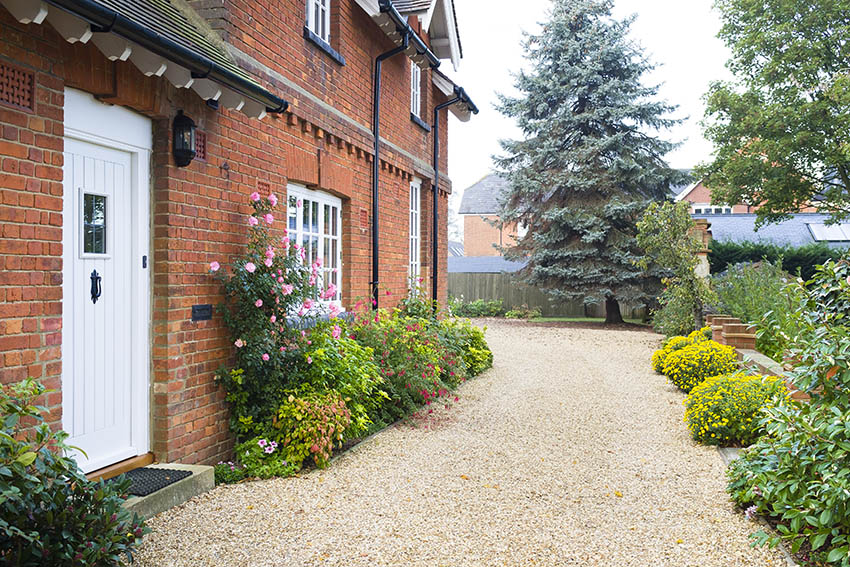 Cottage with pea gravel walkway