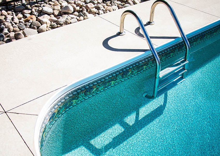 Swimming pool with polished aggregate finish