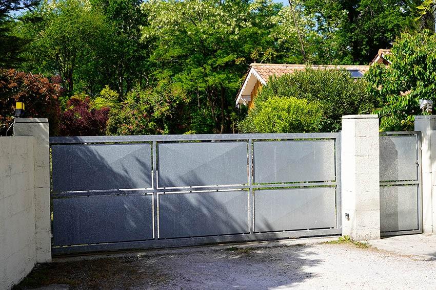 modern-aluminum-driveway-gate-entry