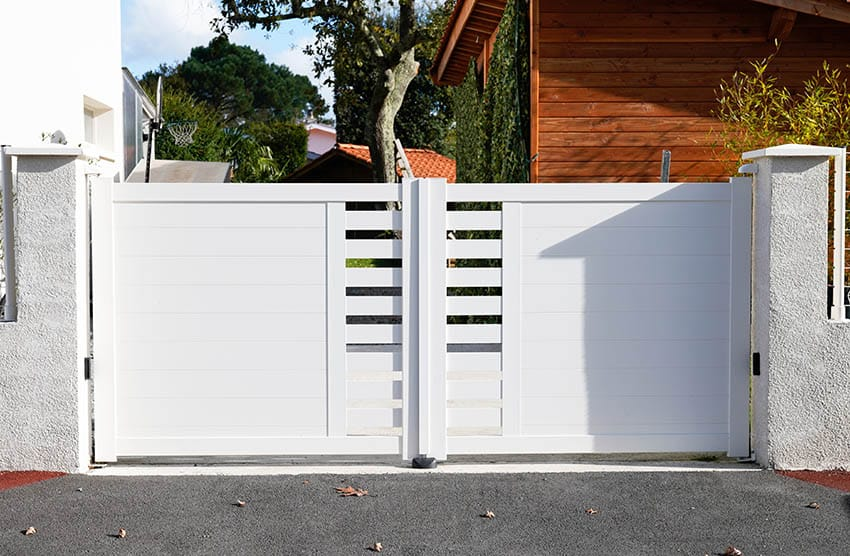 modern-driveway-gate-painted-white-with-slats