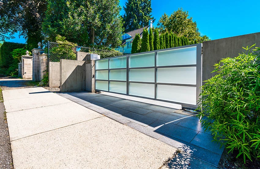 modern-swinging-aluminum-frosted-glass-driveway-gate