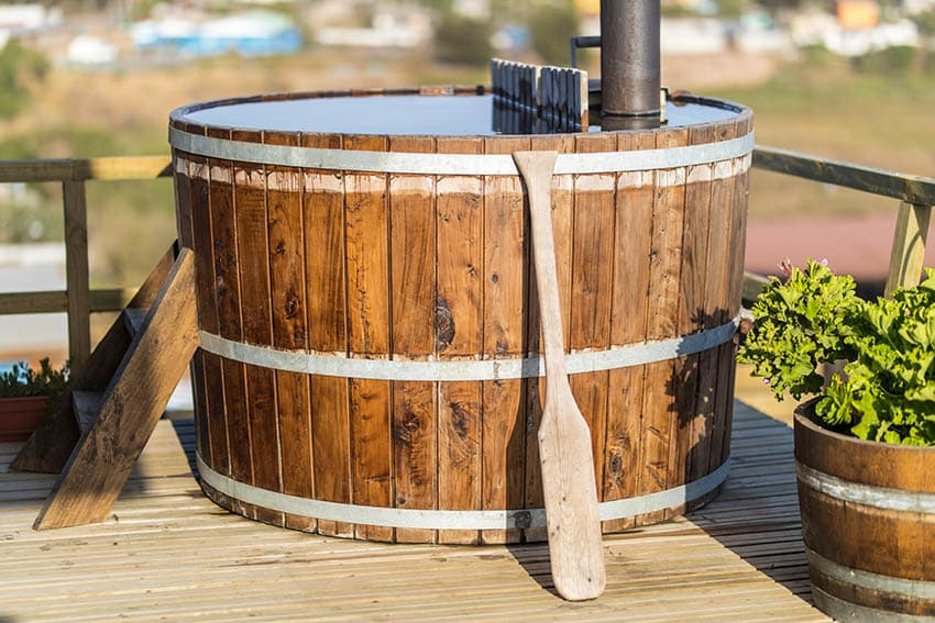 Wood hot tub with steps
