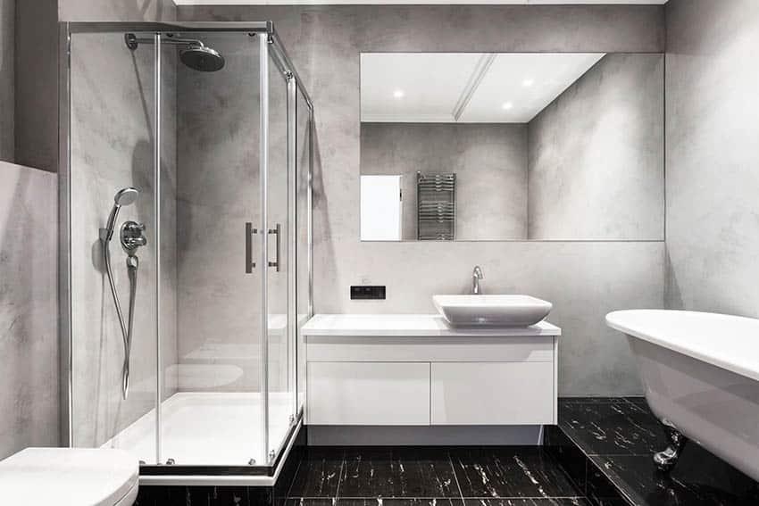 Baño con plato de ducha de hierro fundido