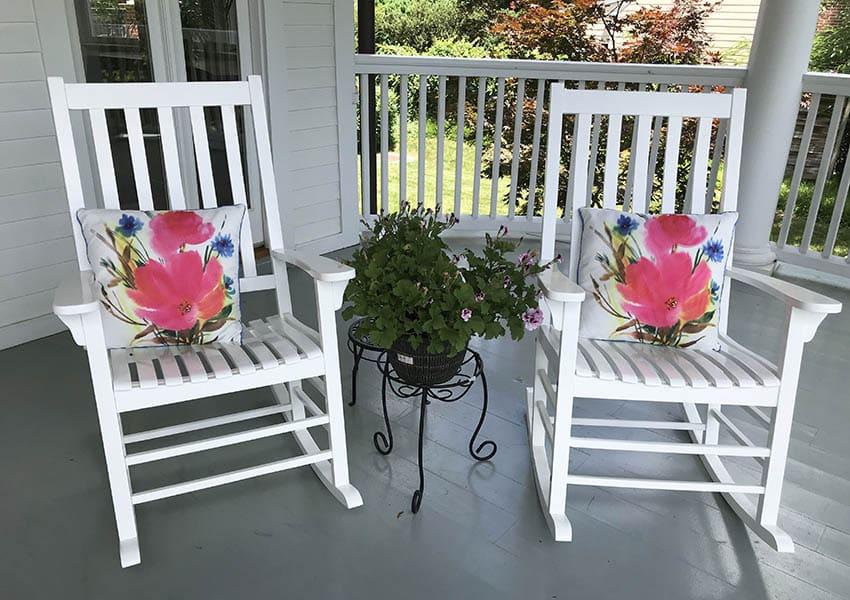 Sillas corrugadas de HDPE en el porche