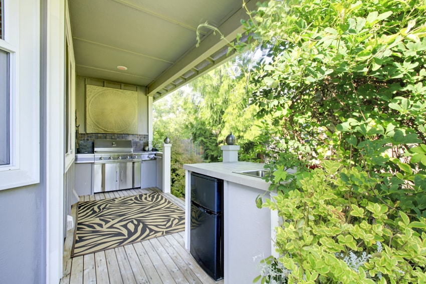 Outdoor kitchen with small fridge