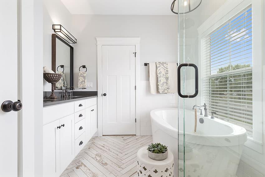 Baño con bañera independiente pintura blanca