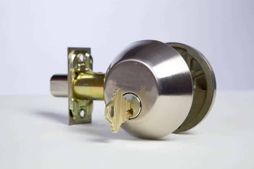 Double cylinder door lock with key