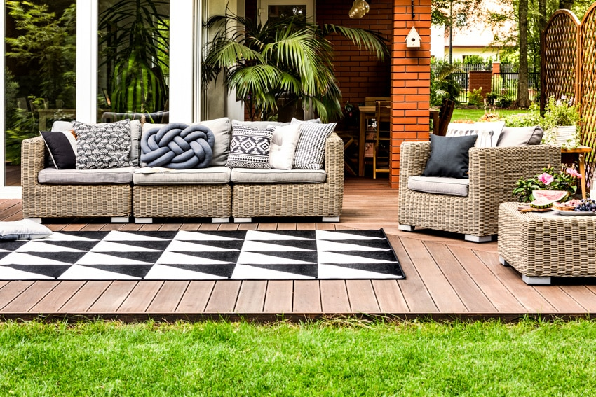 Modern deck design with sofa chairs