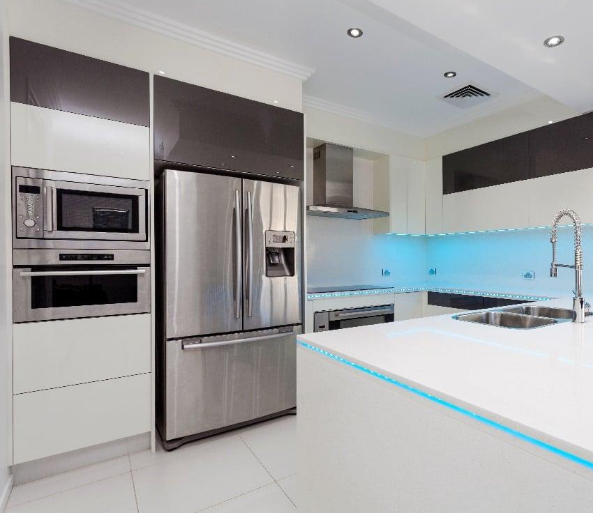 Refrigerador junto a la estufa en la cocina con interior en blanco y negro