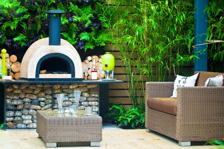 Tranquil garden with bbq area and an outdoor pizza oven